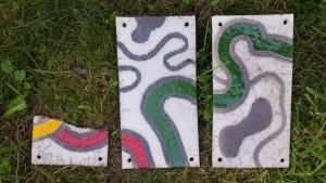 zelfgemaakte keramische tegels met raku stoken; raku gestookte wandtegels; Contrast zwarte klei en gekleurd glazuur bij raku-stoken